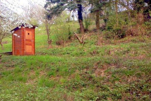 Na predaj záhrada s chatkou v krásnom prostredí Lamač – Zlatá Hora.